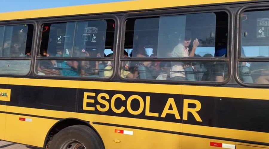 PRF flagra ônibus escolar da Prefeitura de Olho D'água conduzindo 103 pessoas