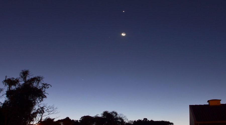Conjunção entre Lua e Vênus vista de dois pontos do planeta