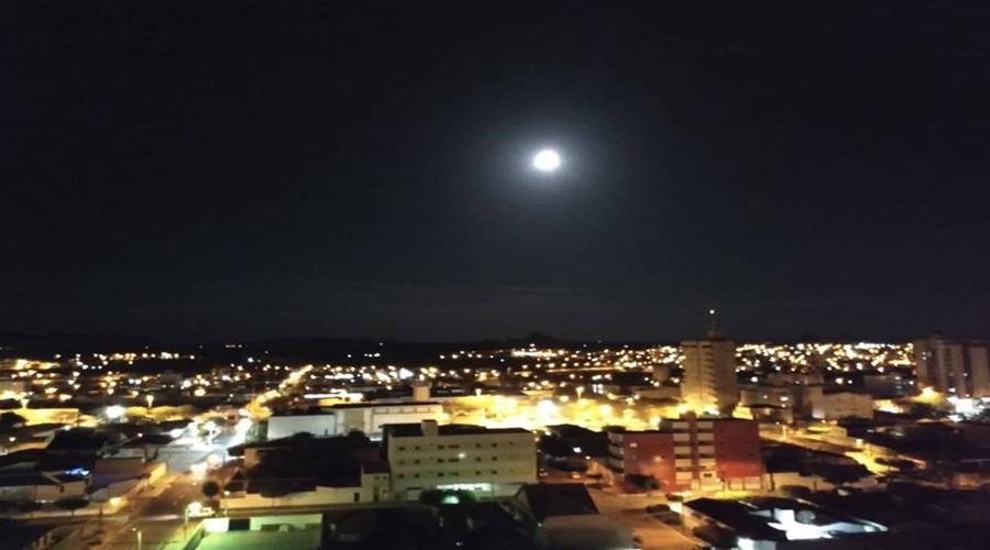 Lua cheia de beleza na noite deste sábado, em Patos