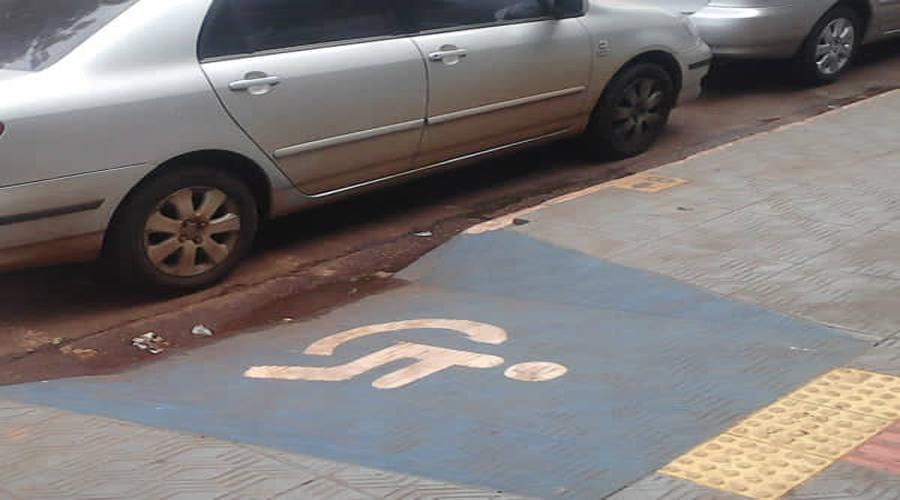 Agente de trânsito esclarece dúvida a respeito de estacionar em rampas para cadeirantes