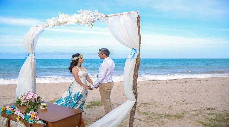 Advogada e comerciante da cidade de Patos se casam na praia e ao som de violino