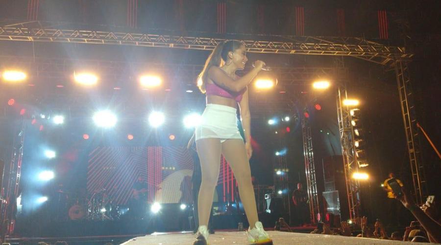 Show de Anitta no Ceará é encerrado após queda de parte da estrutura do palco