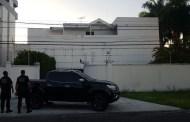Operação 'Xeque-Mate' cumpre mandado de prisão contra empresário Roberto Santiago, na PB