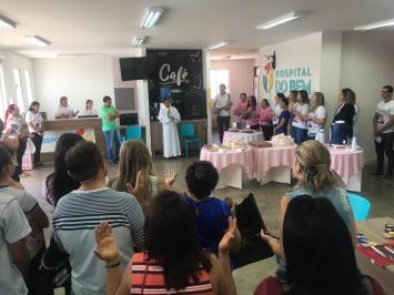 A comemoração aconteceu na recepção do hospital nesta segunda-feira