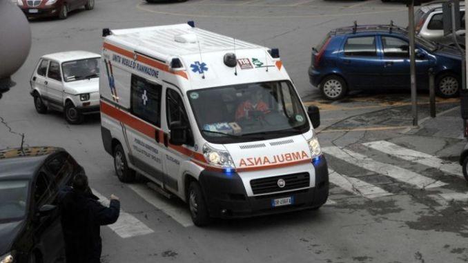 Incidente stradale, scontro violento a Foligno tra auto e scuolabus: grave un giovane
