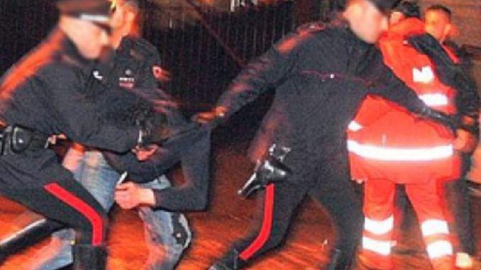 Ubriaco infastidisce i clienti di un bar e aggredisce i Carabinieri