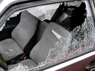Rubano all'interno delle auto durante partita calcio, magro bottino, ma...
