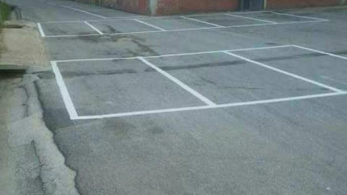 Trevi, parcheggi al centro della carreggiata in prossimità di un asilo