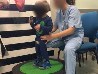 Il piccolo Alessio ha dei nuovi i tutori per le gambe, si torna in riabilitazione
