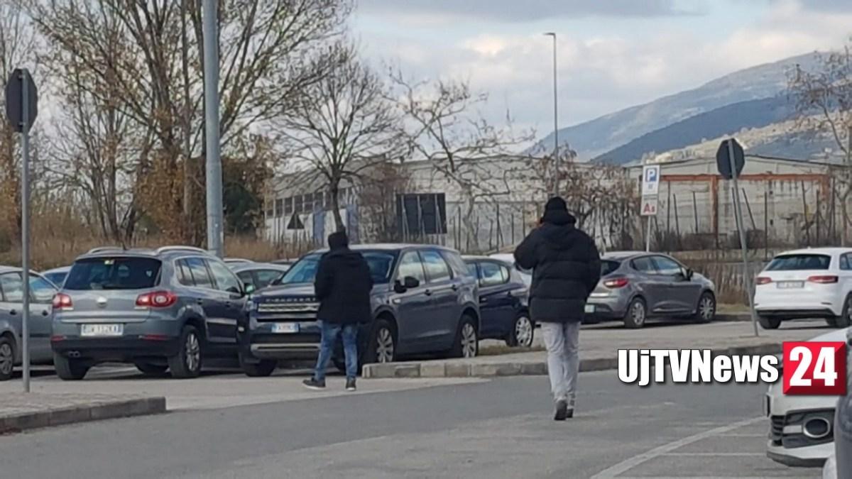 Parcheggiatori abusivi, alcuni molesti, stazionano all'ospedale di Foligno