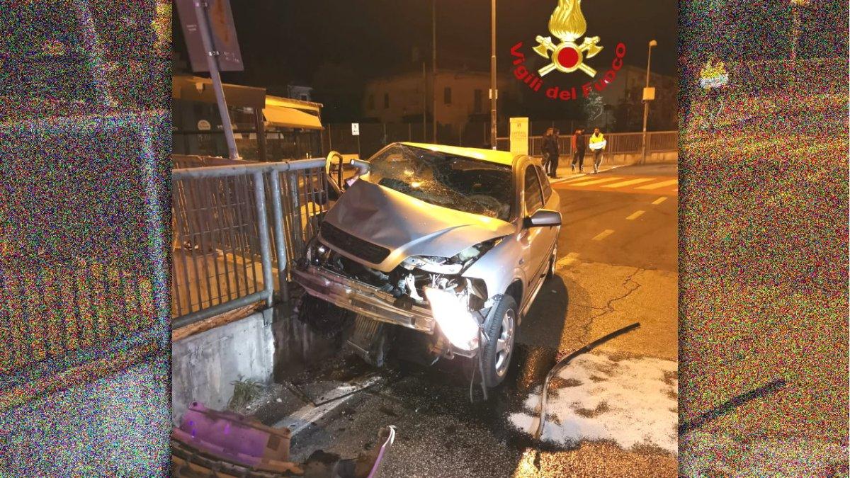 Incidente stradale nel cuore della notte a Foligno illeso conducente