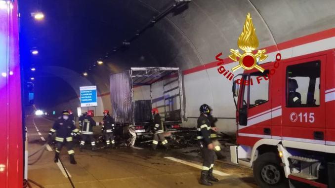 A fuoco un camion, nessun ferito, incendio in galleria Muccia