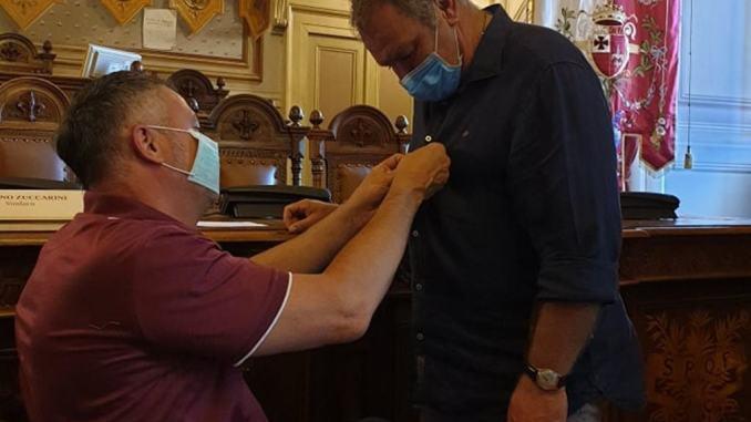 Sindaco Zuccarini premia agente 'eroe', ha salvato 4 vite umane