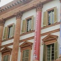 """Palazzo Trinci, due striscioni sulla facciata """"Raffaello e Madonna di Foligno"""""""