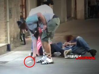 Aggressione in centro a Foligno, momenti di panico, le immagini