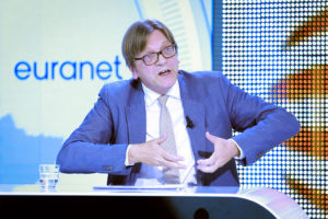 Guy Verhofstadt under en TV-debat. (Foto: Euranet Plus / Wikimedia)