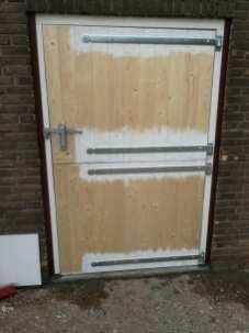 Plaatsen nieuwe paardenstal deur - Klusbedrijf Folkertsma Friesland