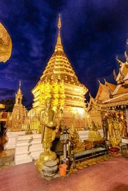 goldene chedi und statuen im wat phra that doi suthep