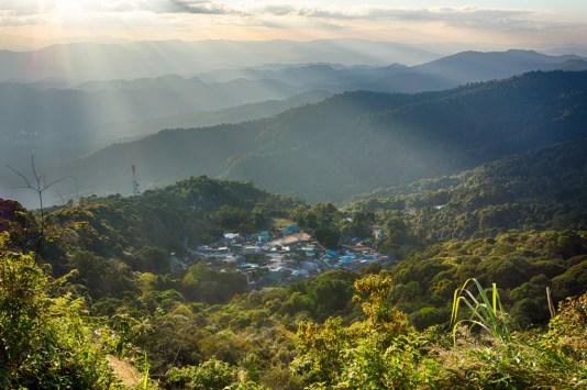aussicht auf hmong village im sonnenuntergang im doi suthep pui nationalpark