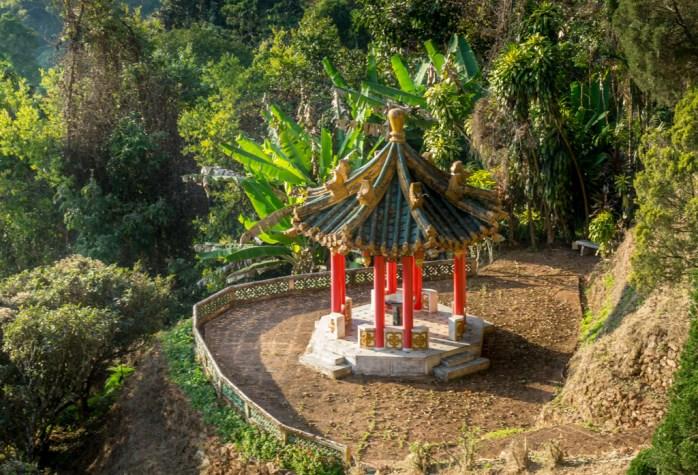 kleiner tempel auf dem weg zum hmong village im doi suthep nationalpark