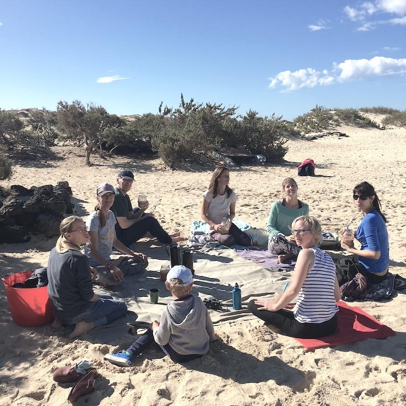 picknick yoga am strand