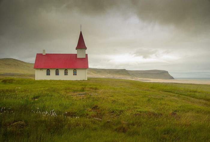Seeing cute churches in Iceland is the best part of your 5 day iceland itinerary | iceland in 5 days