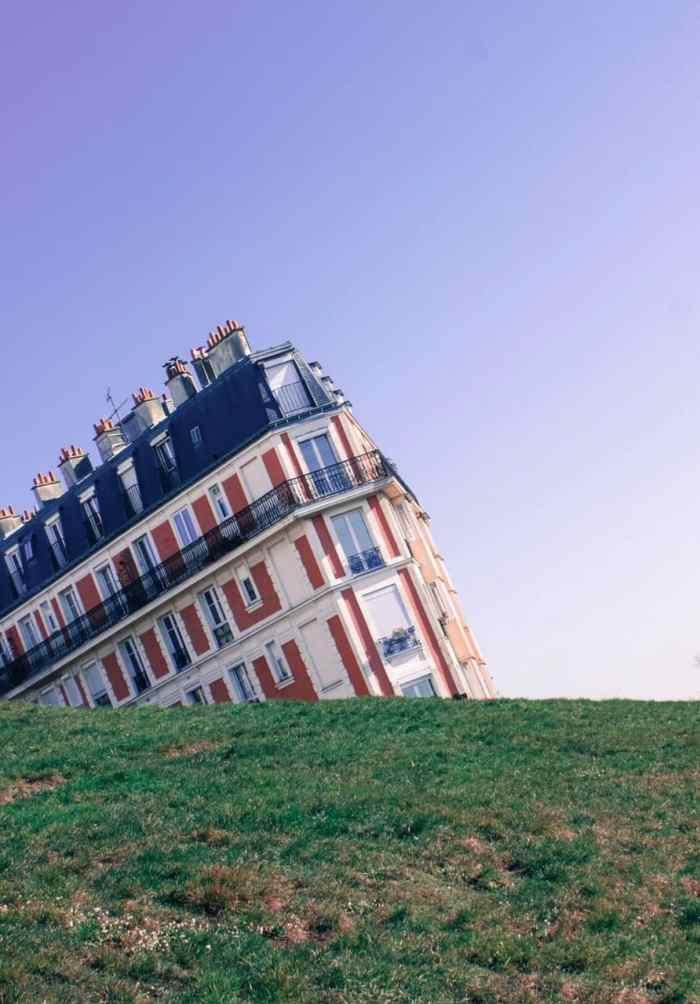 sinking house in Paris | things to do in Paris | montmartre in paris