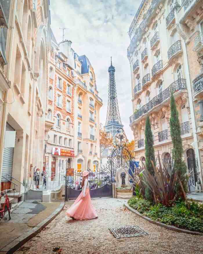 Temperatures and weather for Paris in the spring | Eiffel Tower in Paris and pink Paris fashion | Paris travel tips