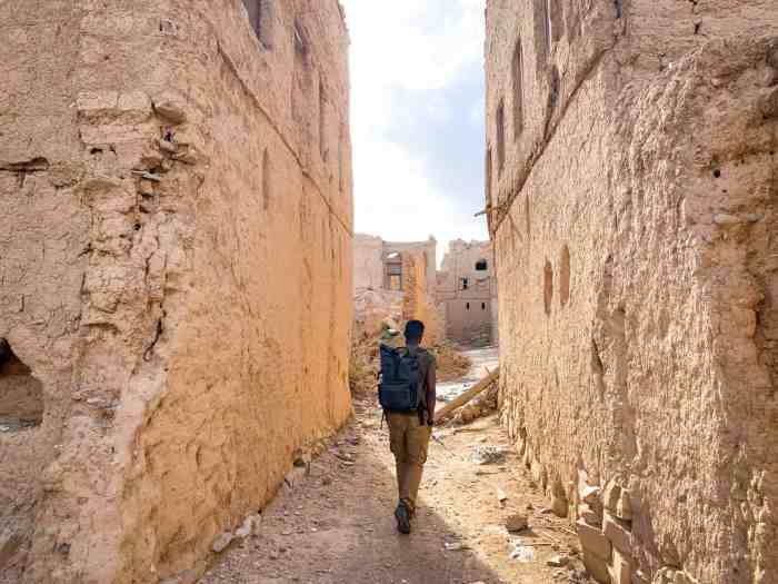 Exploring the Al Hamra Ruins on foot in Oman