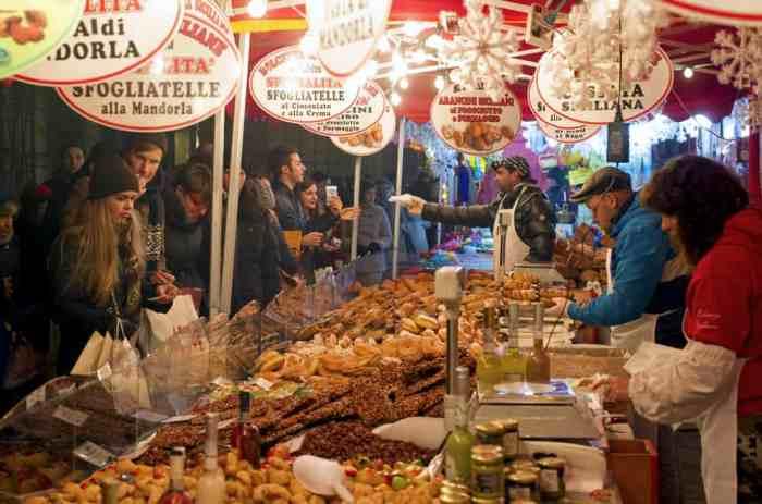 Visitantes de todas partes vienen y celebran la Navidad en los Mercados de Navidad de Milán.