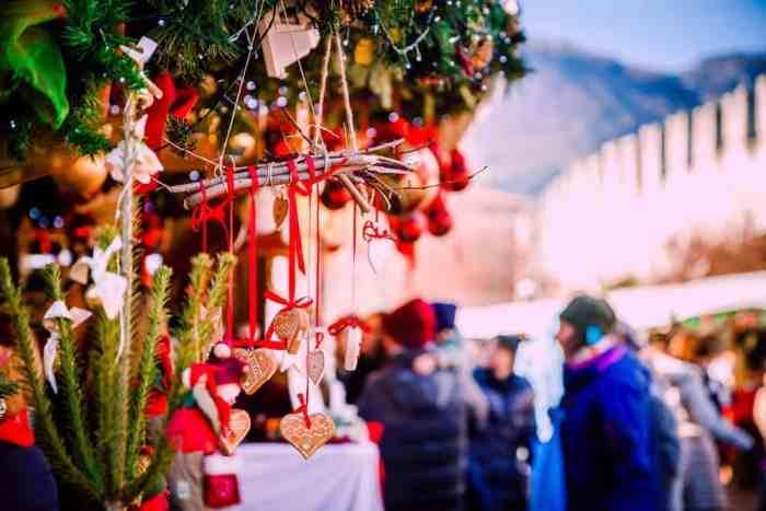 Quioscos y compradores tradicionales en el mercado navideño de Vipiteno