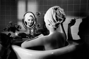 foto-donna-allo-specchio-barbra-streisand