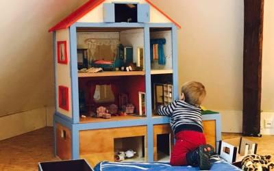 Kindliche Entwicklungsförderung mit dem Puppenhaus