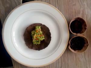 Guacamole con totopos de café y flor de geranios