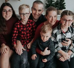 Photo de Patrick Boulé, Kira Zoellner et de leurs quatre enfants
