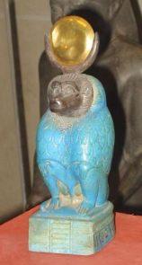 Statuetta di Thot (Thout ) esposta al Museo del Louvre.