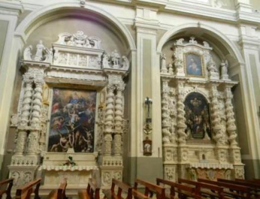 Casarano, Chiesa Maria SS. Annunziata, Altare delle Anime Sante del Purgatorio (sin.) e altare del Rosario (d.) (ph Maura Lucia Sorrone)