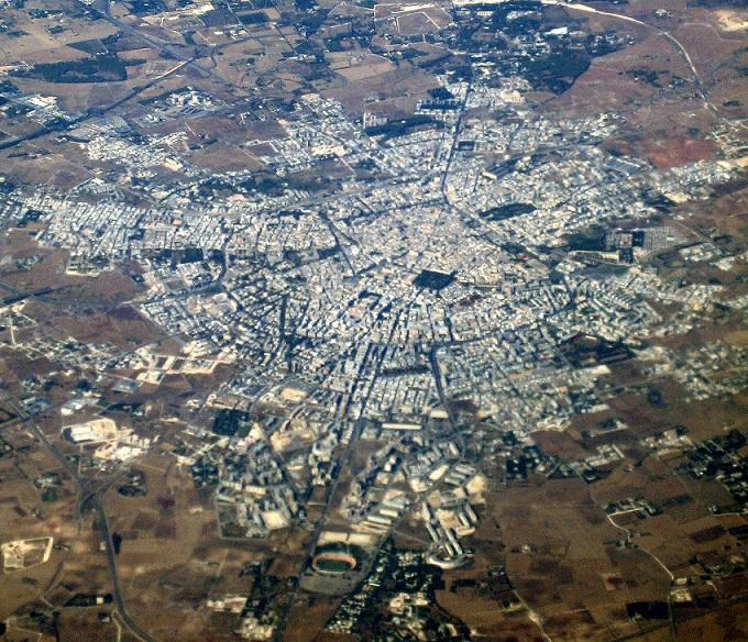 immagine tratta da http://upload.wikimedia.org/wikipedia/commons/b/b9/Lecce_from_the_air.jpg