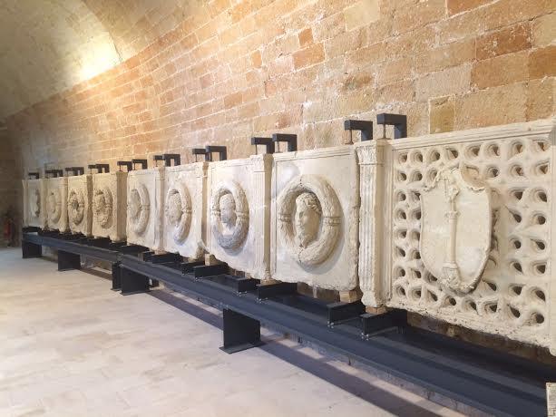 Fig. 1. Otranto, castello aragonese, sala rettangolare, particolare del parapetto monumentale