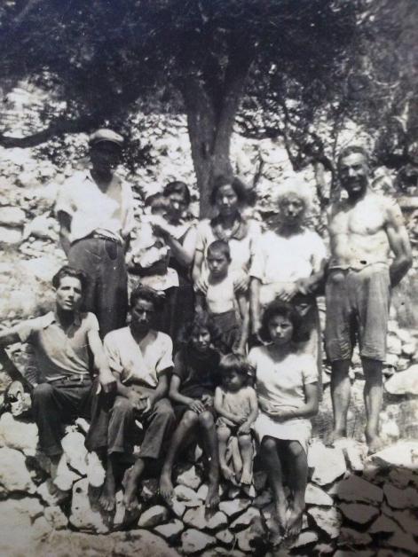 Estate 1942 al Serritu, con nonni e zii e zie materni
