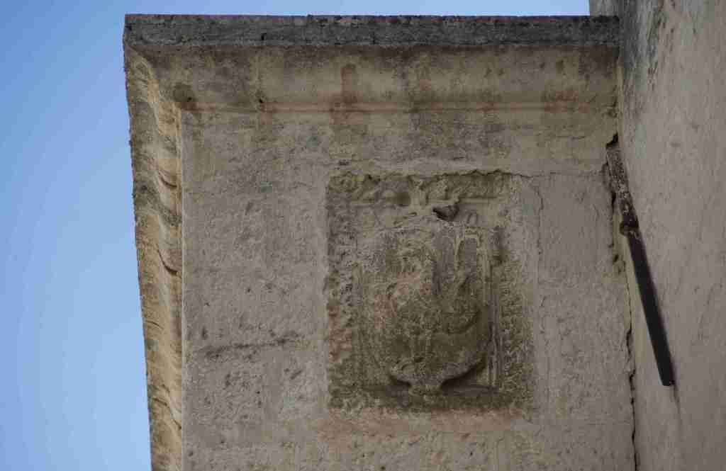 Fig. 1 - Manduria, edificio di via Marco Gatti n° 5, stemma (foto di Giuseppe D'Angeli)
