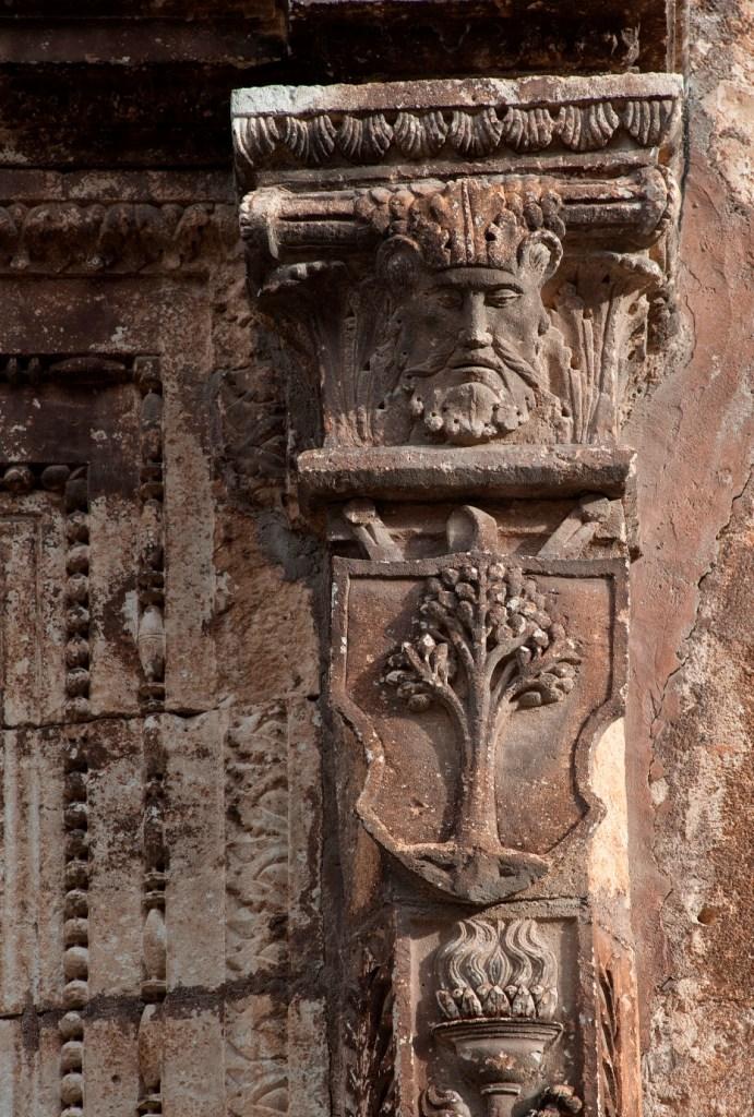 Fig. 3 - Manduria, Chiesa Matrice, particolare del secondo dei due stemmi dell'Universitas di Casalnuovo (foto di Giuseppe D'Angeli)