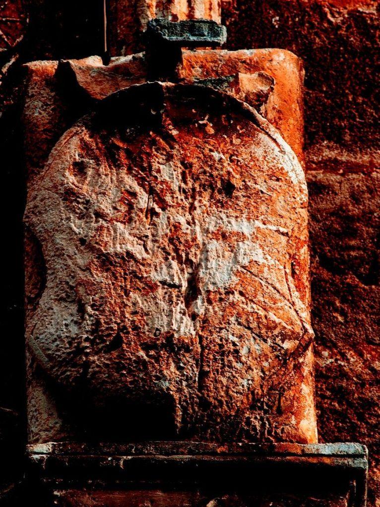 Figg. 5 e 5a - Manduria, Chiesa Matrice, particolare del secondo stemma Bonifacio/Cicara (foto di Giuseppe D'Angeli)