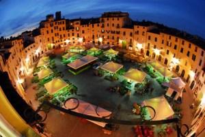 Piazza anfiteatro in notturna a Santa Zita Lucca