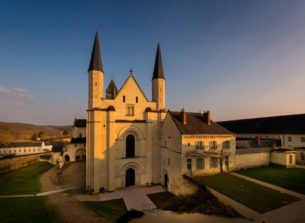 Église abbatiale vue depuis la billetterie © Léonard de Serres