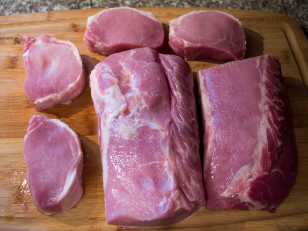I got a whole pork lion and cut it into 4 nice and thick chops and 2 roasts for later.