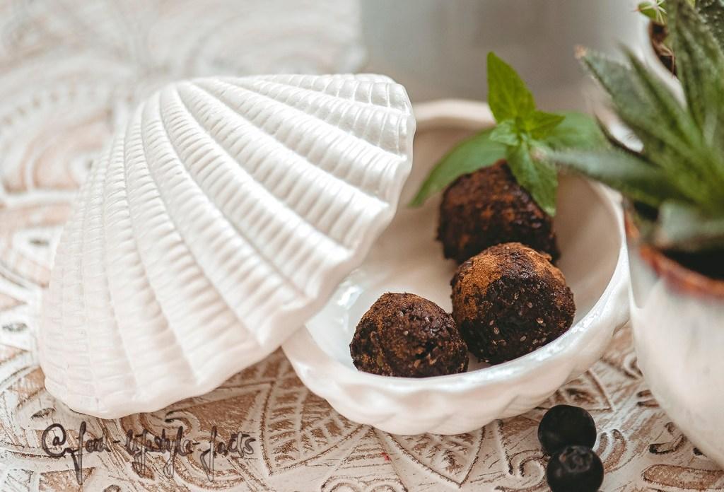 Ein seltener Anblick: Noch leben sie :) Vegane Energiebälle aus Kakao und Datteln, yummy!