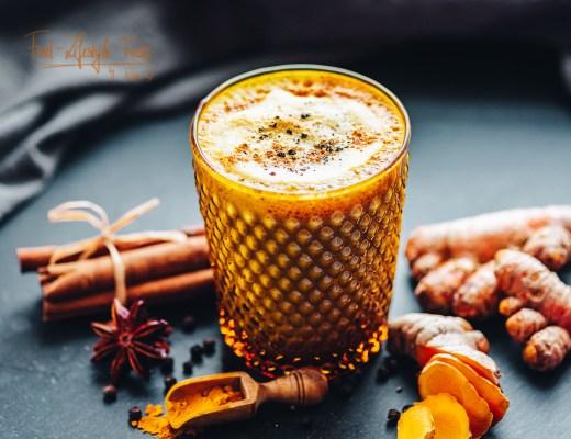 Kurkuma-Latte-Goldene-Milch-Rezept-Foodlifestylefacts-rosalazic