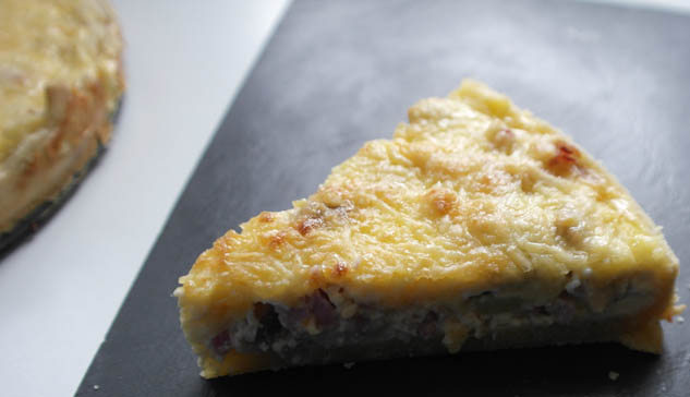 Hartige taart met spekjes, champignons, kaas en ui | Foodaholic.nl