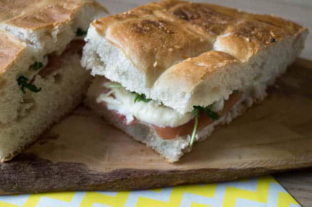 Turks brood met prosciutto crudo, mozzarella en rucola | Foodaholic.nl